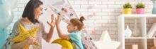 Enfant et sa babysitteur montessorienne