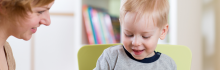 Enfant et sa babysitter montessori