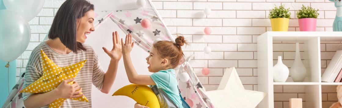 enfant épanouis avec sa babysitter montessori